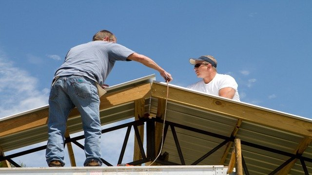 grosse pointe roofers installing commercial roof
